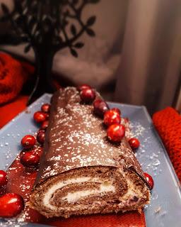 Kakaowa rolada z kremem z białą czekoladą