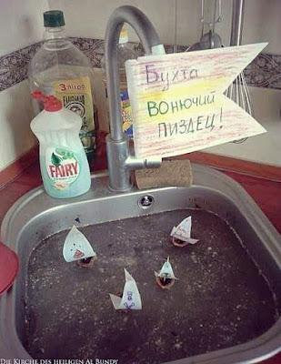 Lustige Hausarbeit im Haushalt - Abwaschen in Schmutzwasser mit kleinen Bötche