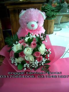rangkaian karangan bunga tangan dan boneka