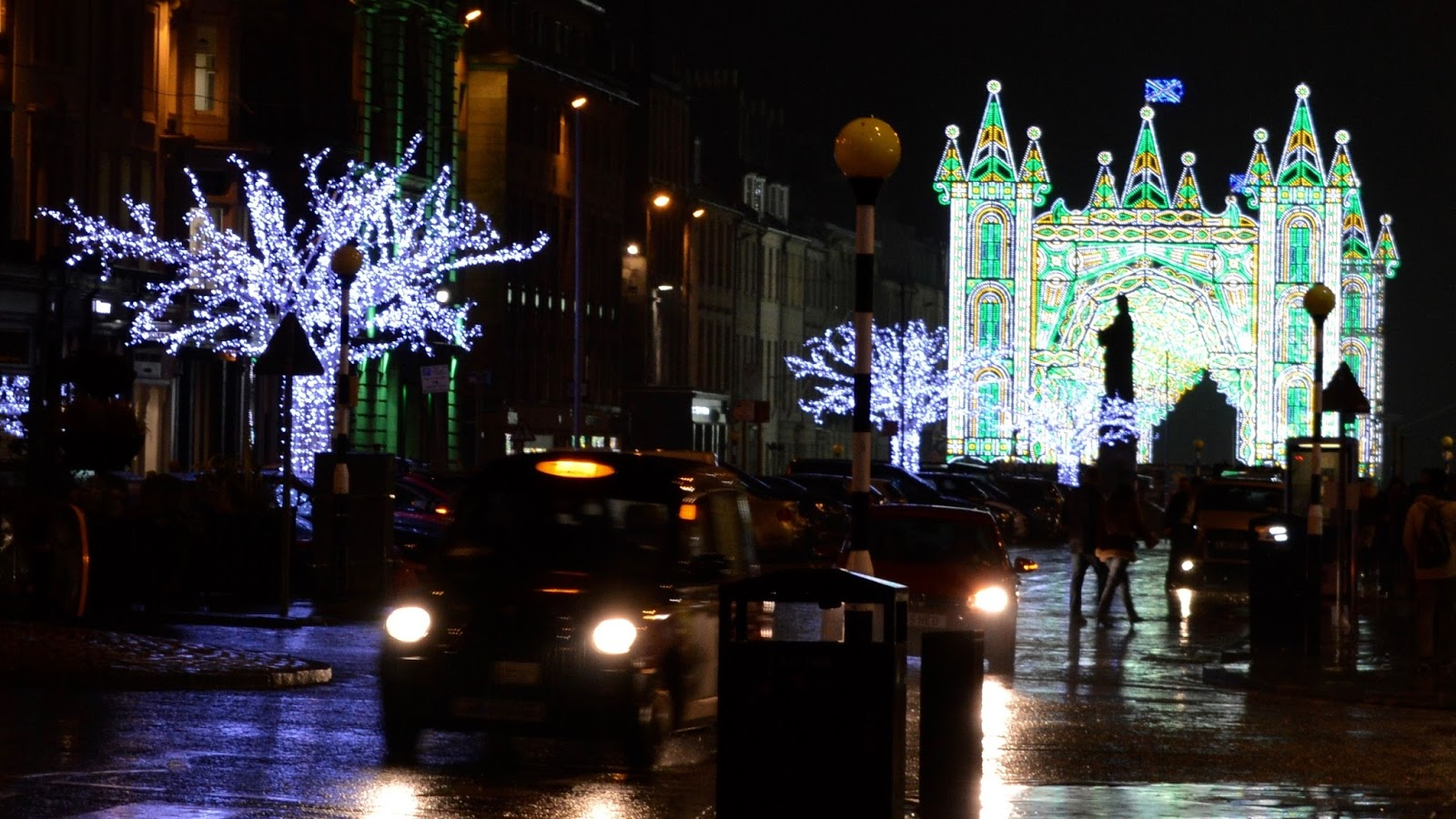 10 Reasons to Visit Edinburgh in December - Street of light
