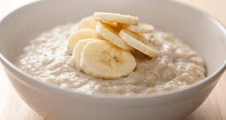 Tips Sarapan Sehat Dengan Mengonsumsi Banana Split Oatmeal yang kaya akan serat dan gizi