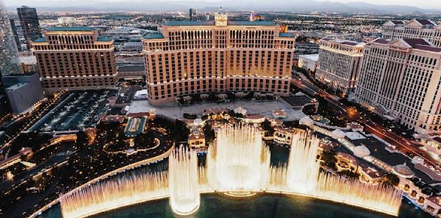 1998: Inauguração do Hotel Bellagio em Las Vegas