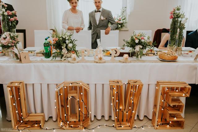 Napis love na weselu.