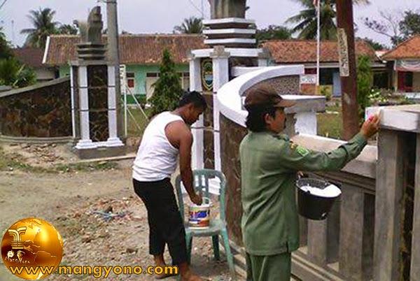Kades kalentambo pak Sahroni sedang ngecat gapura. Poto jepretan kang Darwin S - Facebooker Subang ( FBS )