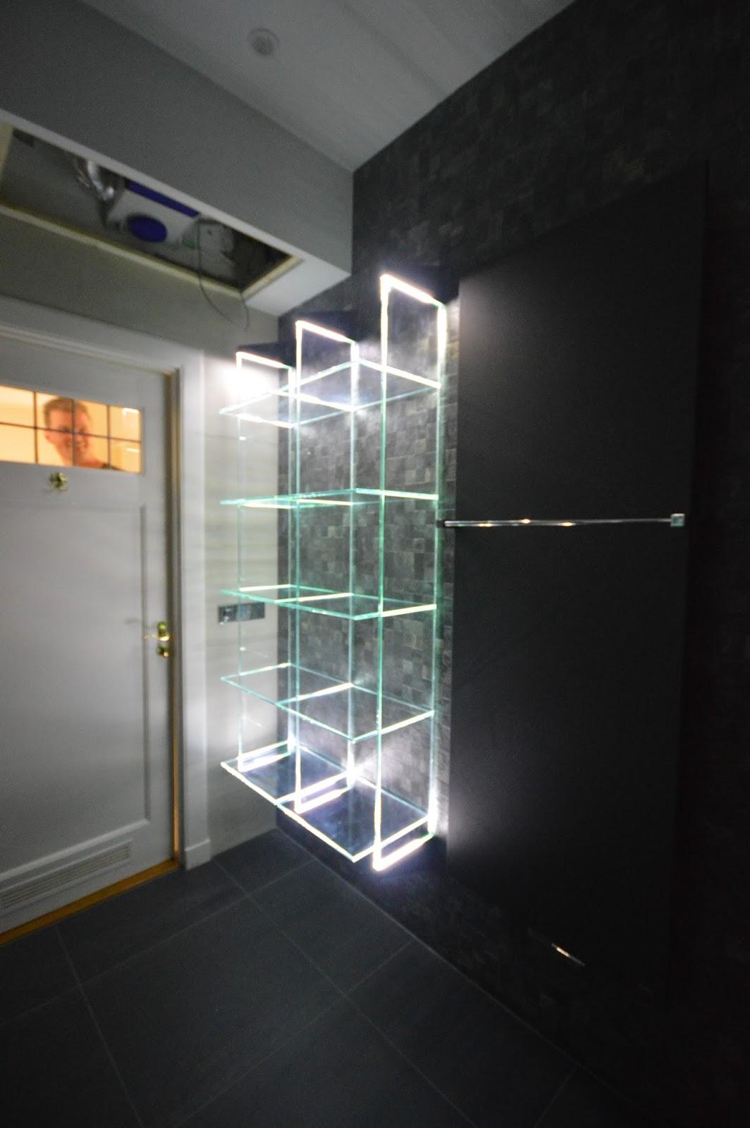 Glazen Plankjes Voor Aan De Muur.Glazen Plank Glazen Spatwand Met Volledige Ledverlichting Keukenglas