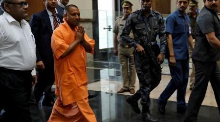 तंबाकू खाता पकड़ा गया CM आदित्य नाथ योगी का ड्राइवर, जुर्माना