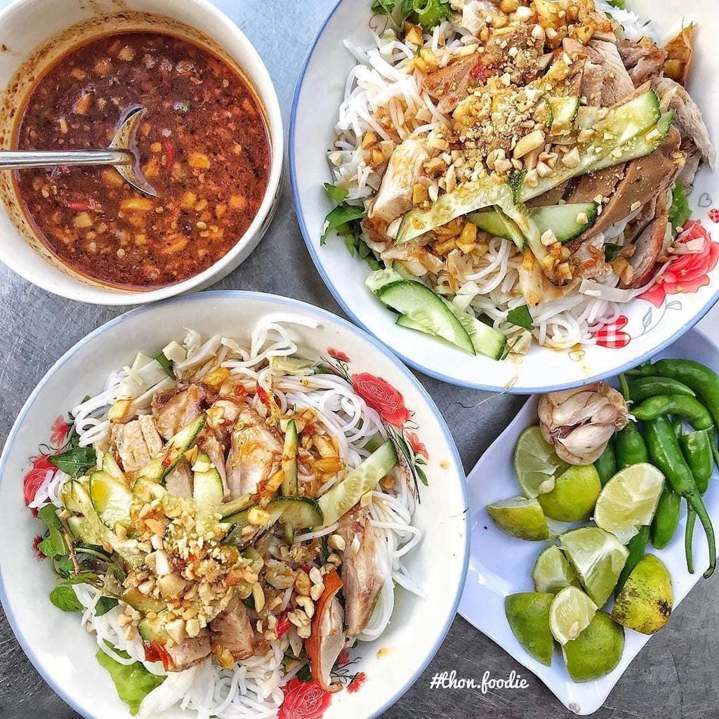 Bún mắm nêm: Món ăn vặt được nhiều du khách yêu thích ở miền Trung, bún nắm nêm có vị cay nồng, ăn kèm với thịt luộc, giò, rau sống và đu ...