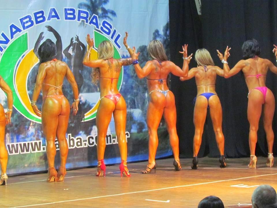 Sandra Coimbra no palco do Campeonato Mineirão de Bodybuilding 2015. Foto: FMBB