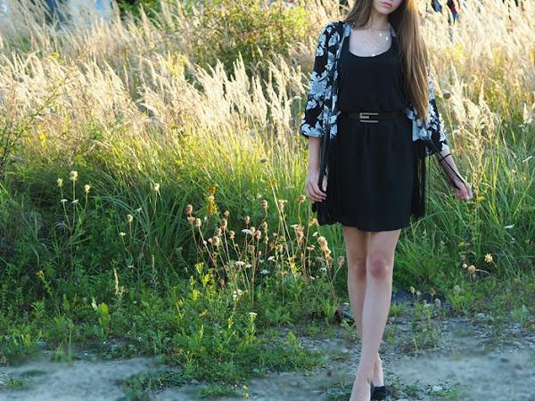109. Czarna sukienka i kwiecista narzutka z frędzlami.