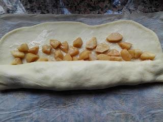Roulez la pâte à brioche sur les pommes
