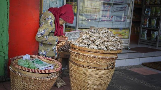 Masya Allah! Netizen Terharu dengan Nenek Renta Jualan Bawang Sambil Tadarus Al Quran
