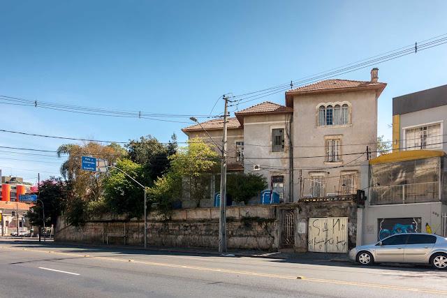 Casa na esquina da Rua Comendador Araújo com a Rua Benjamim Lins.