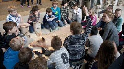 Børnegruppe snakker om døden, omkring den døde so
