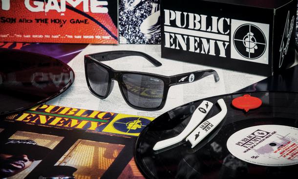 8010ccc50 A Luxottica lança o modelo de óculos Arnette Witch Doctor em parceria com o  grupo de hip hop norte-americana Public Enemy.
