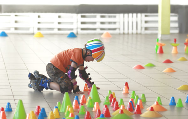 INDOOR ACTIVITIES TO KEEP KIDS MOVING: tons of great ideas! #indooractivitiesforkids #indooractivitiesfortoddlers #indooractivities #activeactivitiesforkids #movementactivitiesforkids #keepkidsbusy #keepkidsbusyindoors