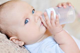 Jangan Sembarang Beri Air Putih pada Bayi, Bisa Timbulkan 3 Masalah Ini