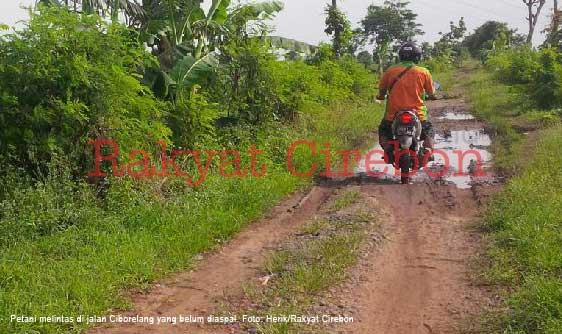 petani di dua kecamatan majalengka minta perbaikan jalan