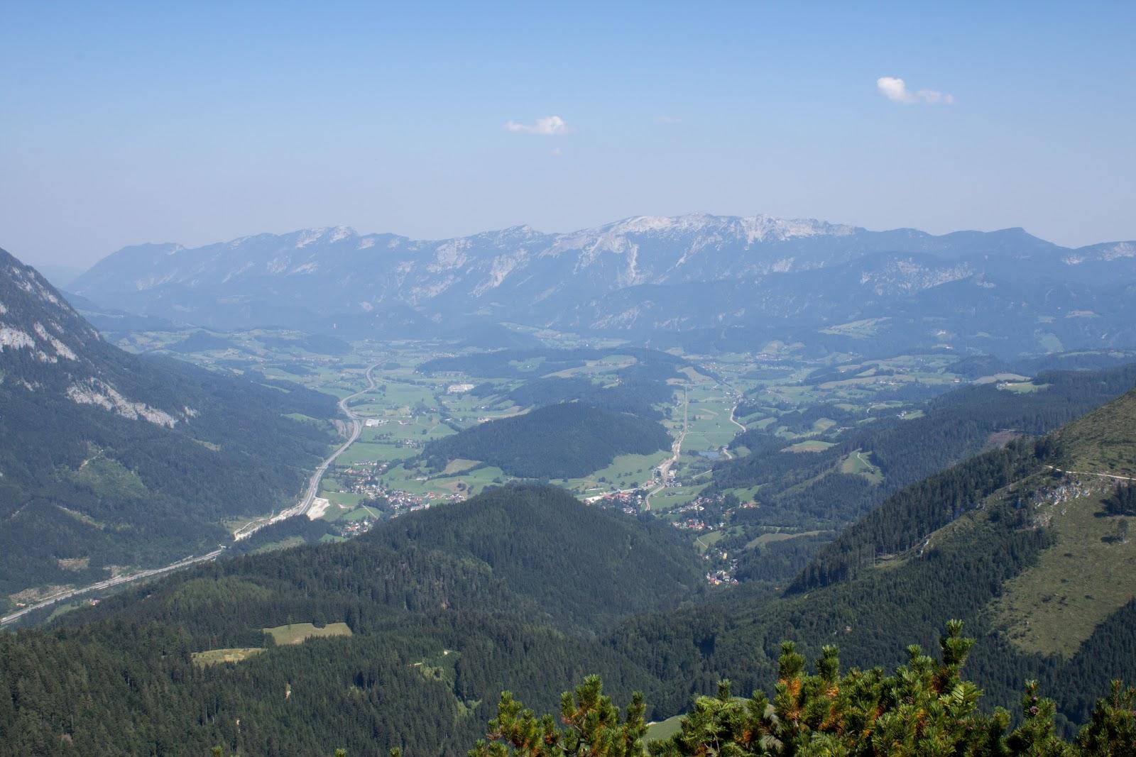 Von der Ardningeralmhütte über den Wildfrauensteig auf Frauenmauer, Bosruck und Kitzstein. - Blick nach Spital an der Drau