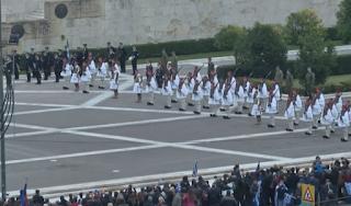 ΑΝΑΤΡΙΧΙΑΣΑΝ πριν λίγο οι Εύζωνες μπροστά από τη Βουλή - ΒΙΝΤΕΟ