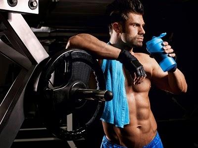 culturista en el gimnasio tomando un batido pre entreno