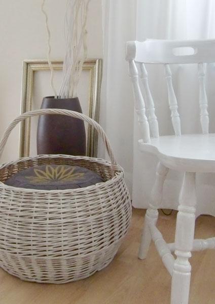 Korb und Stuhl weiß lackiert