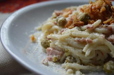 Спагети със сметанов сос пиле и грах