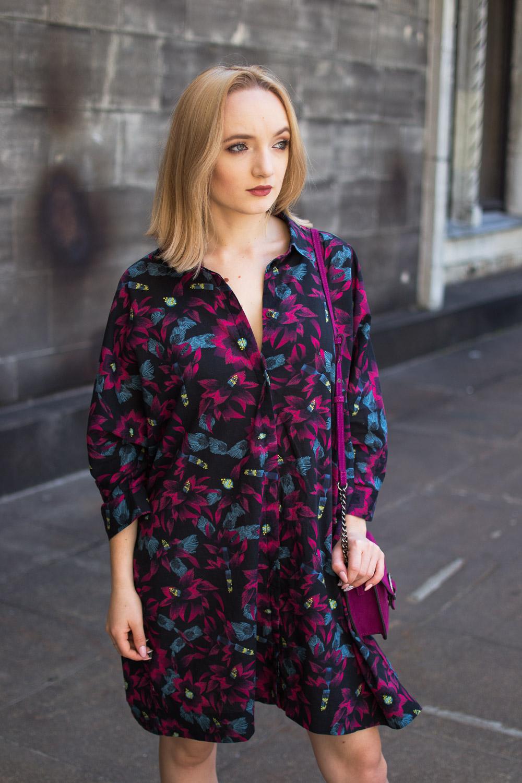 Jak się ubrać w upalne dni? Stylizacja z sukienką w kwiaty