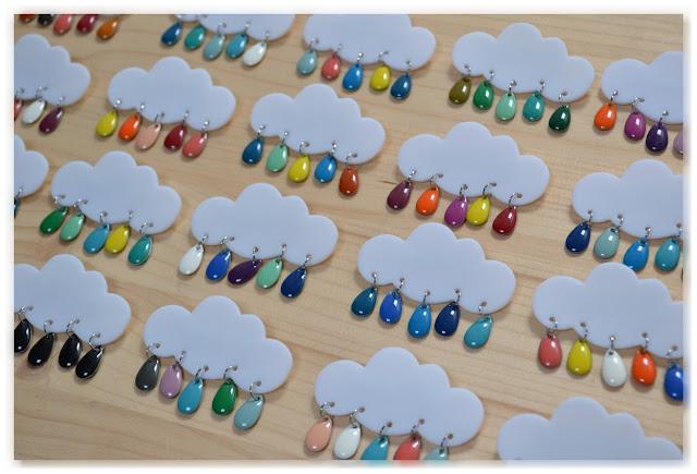 broches nuages blancs et gouttes multicolores