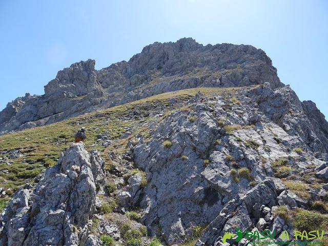 Ruta Peña Ubiña por la Arista Norte: pradera en la cara norte
