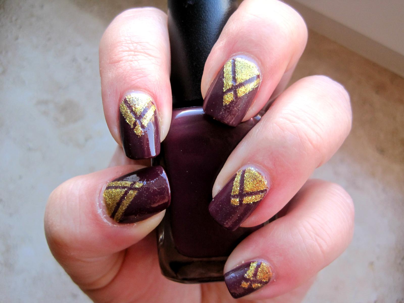 Marsala i złoto na paznokciach