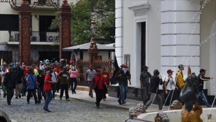 Vídeo: Varios heridos en violento asalto al Parlamento venezolano