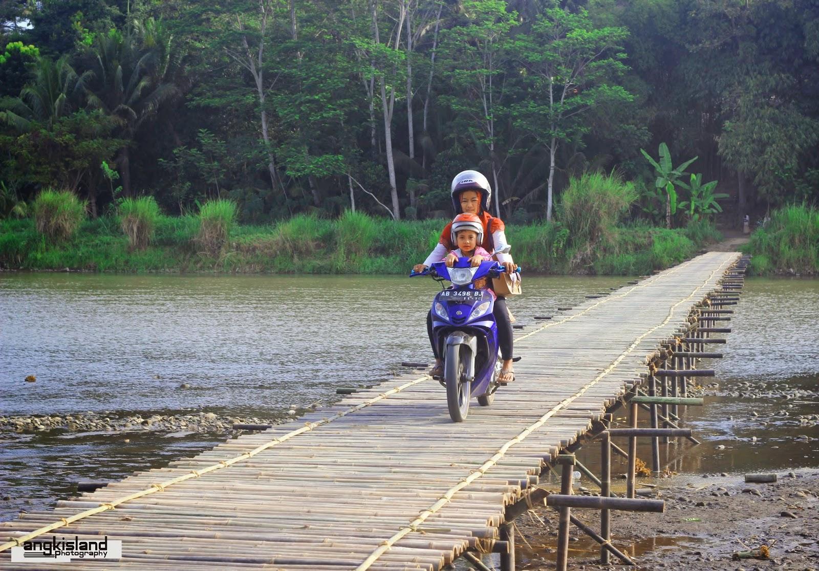 penunggu jembatan bambu