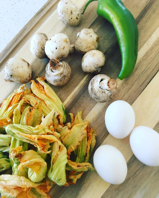 Omelette de flor de calabaza y champiñones