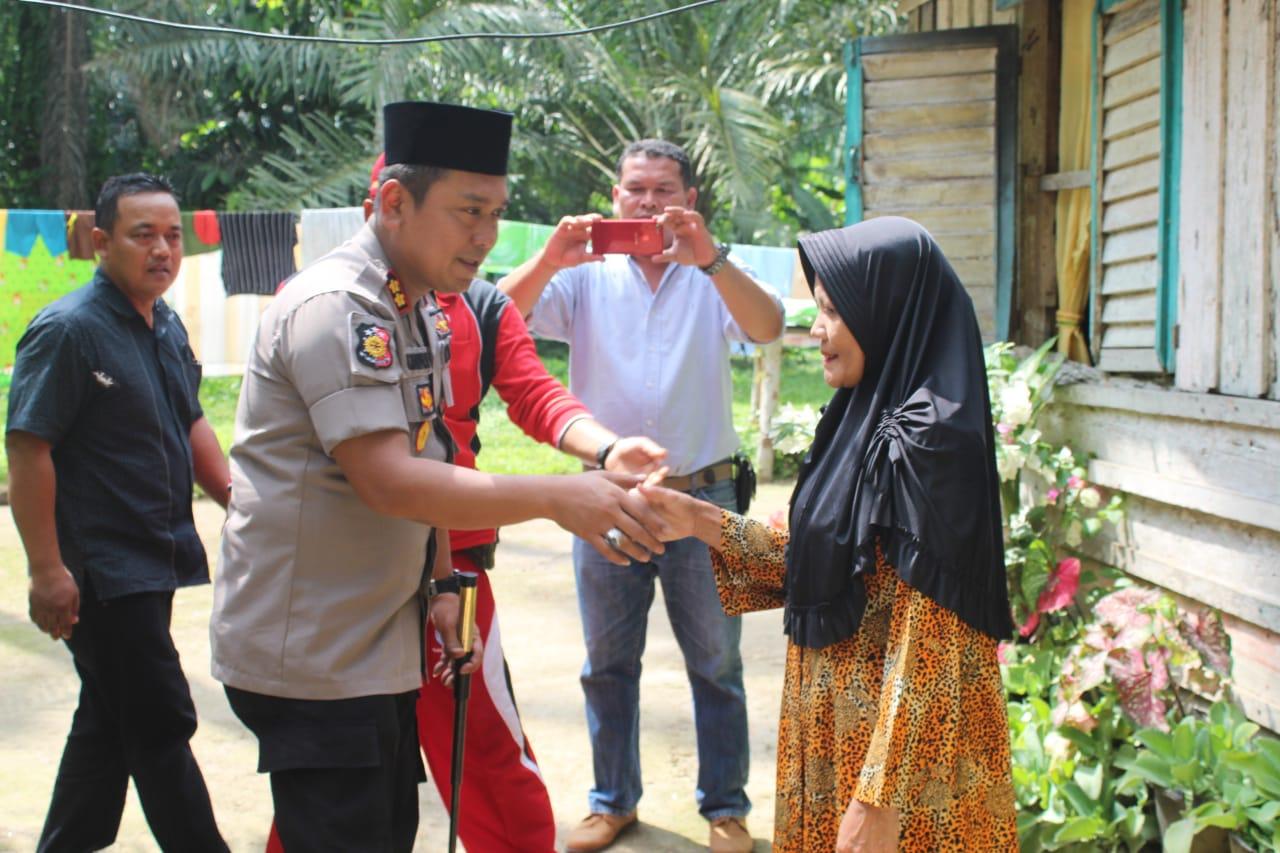 Kapolres Asahan AKBP Faisal Napitupulu saat memberikan bantuan sembako.