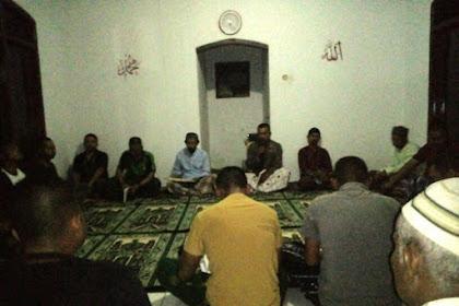 Satgas TMMD  Ajak Warga Sholat Magrib Berjamaah