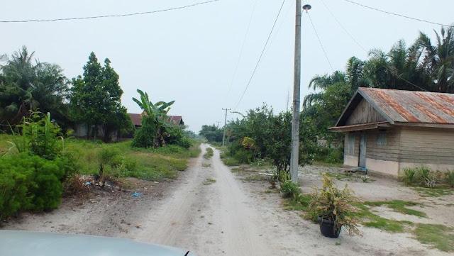 melewati perkampungan menuju ke pantai romantis