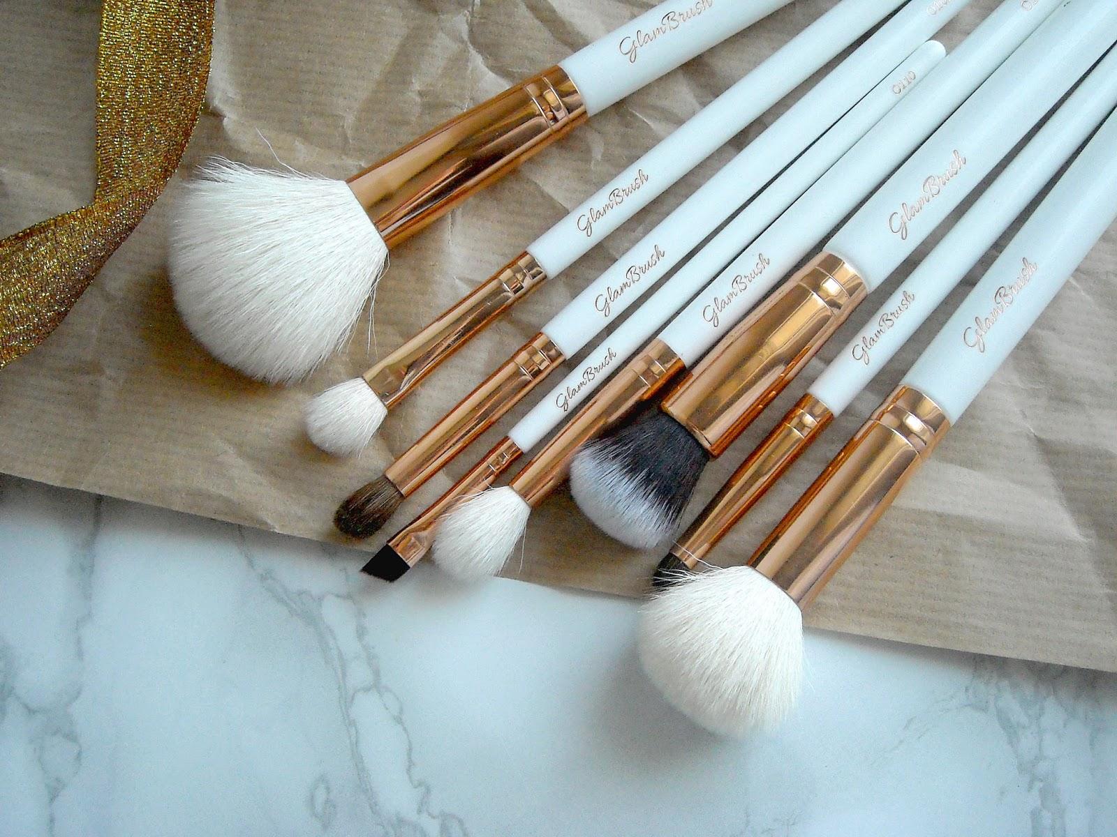 Zestaw pędzli do makijażu GlamBrush zbliżenie, włosie naturalne i syntetyczne.