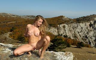 Голая, девушка, волосы, тело, грудь, животик, пися, ножки, сексуальная поза, сидит, трава, камень, скалы, горы, природа