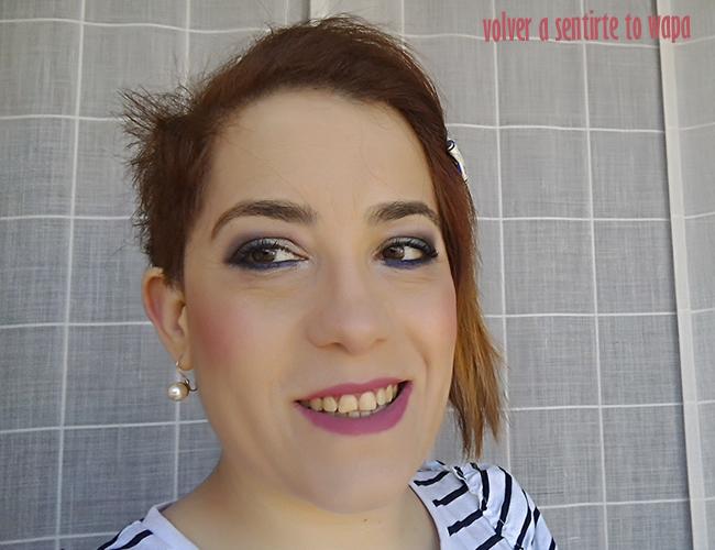Maquillaje con sombras moradas y labios rosas