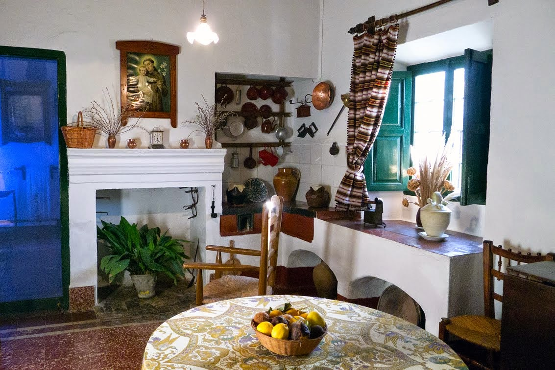 Biblioteca dos hermanas casas museo escritores andaluces for Huerta de san vicente muebles