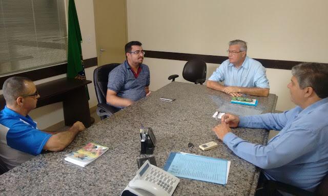 PREFEITO DE CAJATI FAZ REUNIÃO COM DIRETOR DE ESPORTES