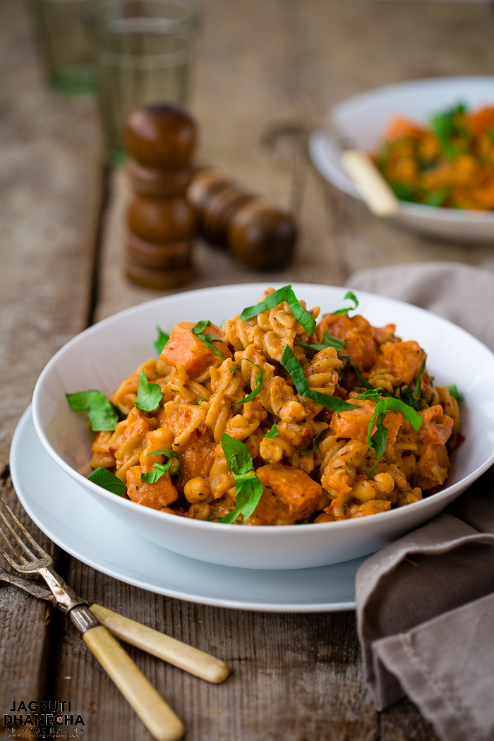 Healthy one pot pumpkin pasta recipe with spinach and chickpeas, a delicious 30-minute recipe for chilly autumn days!