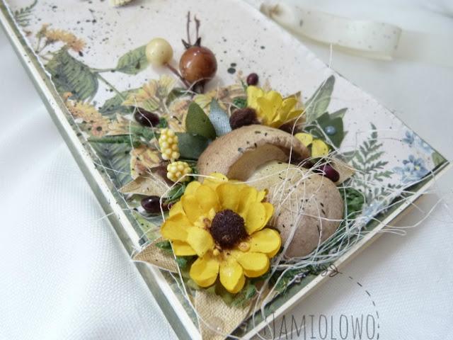 kompozycja z grzybem, kwiatami i liśćmi
