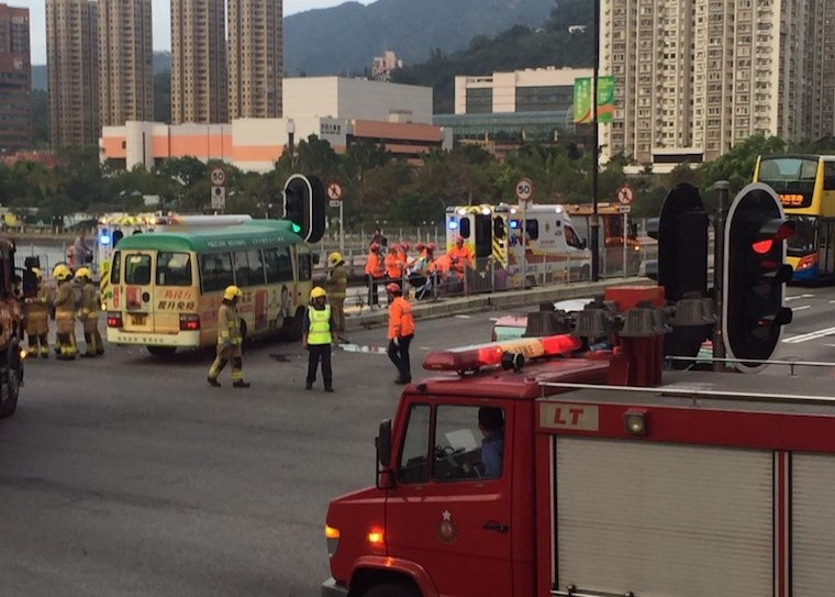 7 Orang Terluka setelah Minibus Hijau Menabrak  Taksi di Sha Tin