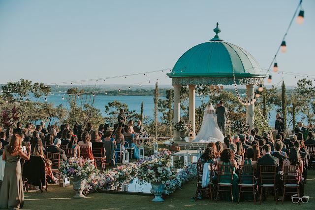 casamento real, casamento a céu aberto, casamento no jardim, casamento no campo, passarela de espelho, flores do campo, cerimônia, decoração de cerimônia, varal de lâmpadas, relicário, buquê da noiva, bouquet, vestido de noiva, vestido de renda, villa giardini, noivos no altar, véu e grinalda, hora dos votos