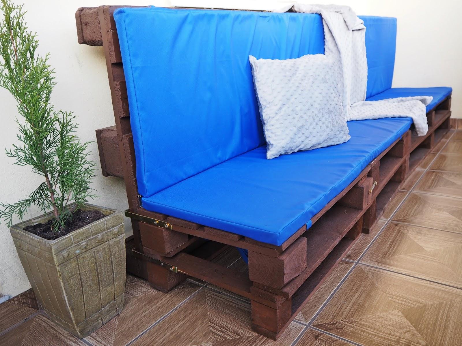 DIY na balkonie-meble z palet i poduszki