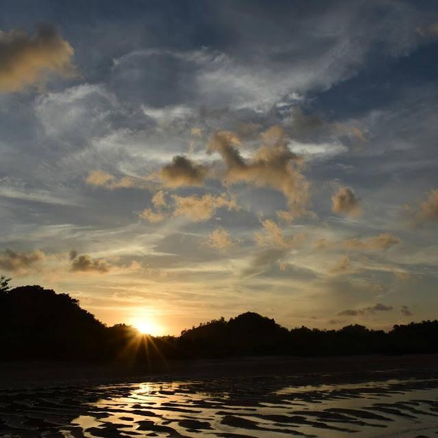 Mentari pagi di pantai Clungup, foto by @andriyanto7330