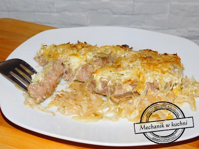 Karkówka zapiekana z kiszoną kapustą przepis śmietana kremówka pieczarki duszone sos kwaśność kapusty kiszonej pomysł facet gotuje w kuchni męska kuchni bloger
