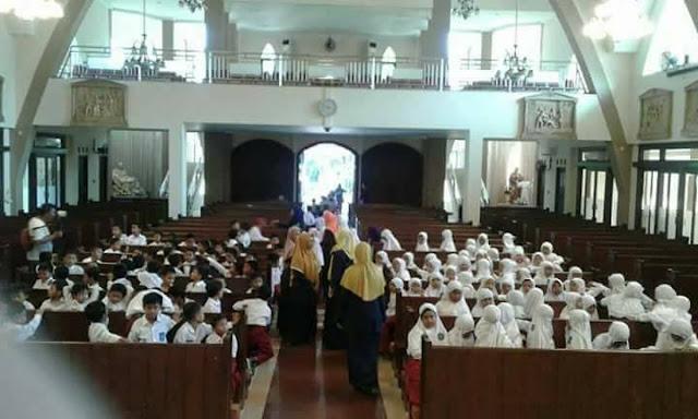"""SD Islam Kunjungi Gereja, Bilang ke Pastor """"Ustadz Tinggal Sama Siapa?"""""""