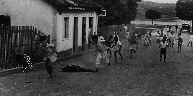 Malhação de judas. Foto Guilherme Santos Neves, anos 1940.